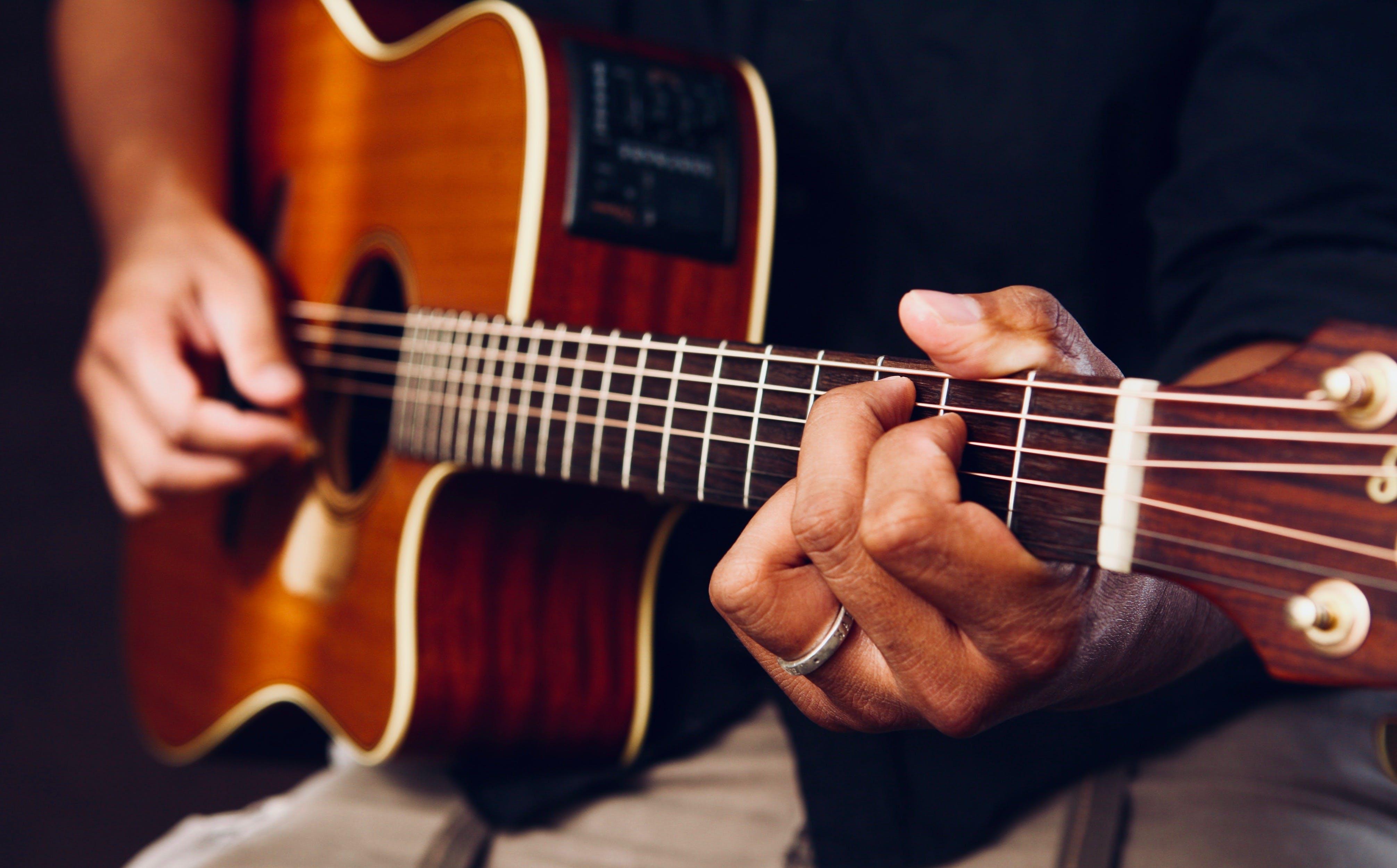 S'initier aux bases de la guitare classique ou électrique